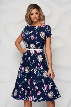 Darkblue dress with floral print from elastic fabric cloche accessorized with belt