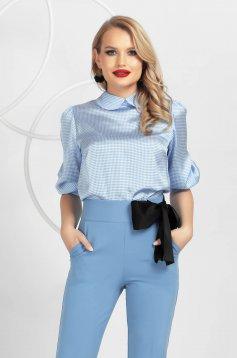 Bluza dama PrettyGirl albastru-deschis cu imprimeu picior de cocos din satin cu croi larg cu maneci bufante