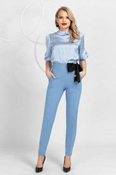 Pantaloni PrettyGirl albastri deschis conici din material usor elastic cu talie inalta si funda satinata