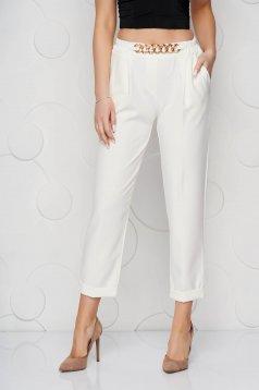 Pantaloni SunShine albi din material neelastic cu croi larg accesorizat cu lant metalic