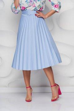 Fusta SunShine albastru-deschis plisata in clos din material usor elastic cu accesoriu tip curea