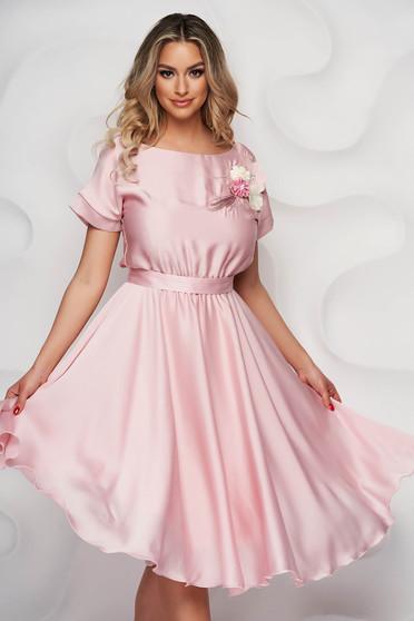 Rochie StarShinerS eleganta roz prafuit midi in clos din chiffon creponat cu elastic in talie si broderie florala