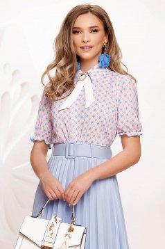 Bluza dama Fofy lila eleganta din material subtire cu imprimeuri grafice si accesorizata cu brosa