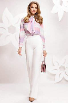 White trousers high waisted flared accessorized with chain elegant