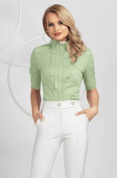 Camasa dama PrettyGirl verde-deschis eleganta cambrata din bumbac accesorizata cu brosa