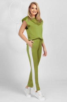 Trening PrettyGirl verde din material satinat cu croi larg si tricou cu umerii buretati