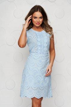 Rochie albastru-deschis din ghipură cu croi drept cu cordon care se leaga la spate