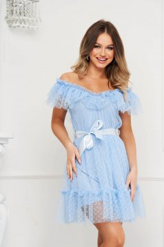 Rochie albastru-deschis de ocazie din tul in clos cu aplicatii din plumeti pe umeri accesorizata cu cordon