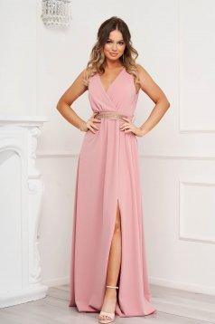 Rochie roz prafuit de ocazie in clos crapata pe picior din material elastic cu decolteu in v accesorizata cu pietre stras