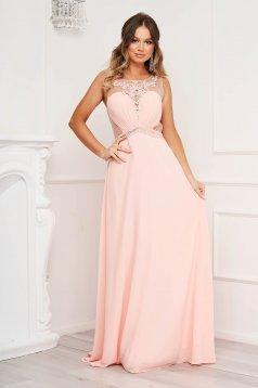 Rochie roz de ocazie in clos cu aplicatii cu pietre strass si broderie florala