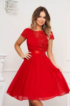 Red dress from veil fabric with lace details occasional cloche