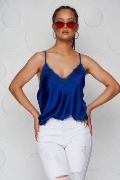 Top SunShine albastru cu croi larg din satin cu aplicatii de dantela si bretele