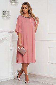 Rochie roz prafuit midi cu croi larg din voal cu aplicatii cu pietre strass la gat