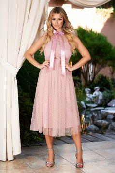 Rochie roz prafuit midi de ocazie din tul in clos pe gat cu aplicatii din plumeti si volanase