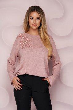Pulover Lady Pandora roz office cu croi larg din material tricotat elastic si subtire si broderie florala