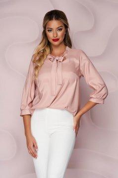 Bluza dama StarShinerS roz prafuit office cu croi larg asimetrica din satin subtire si neelastic care se leaga cu fundita