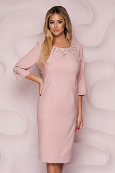 Rochie Lady Pandora roz prafuit eleganta midi cu un croi drept din stofa neelastica si aplicatii cu pietre strass
