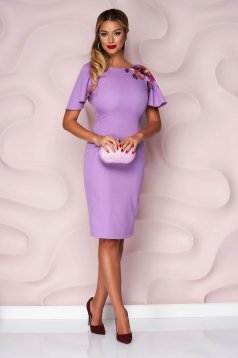 Rochie StarShinerS lila de ocazie midi tip creion din stofa usor elastica cu maneca scurta si broderie