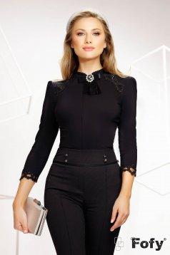 Camasa dama Fofy neagra office din bumbac elastic accesorizata cu brosa si broderie cu aplicatii cu paiete