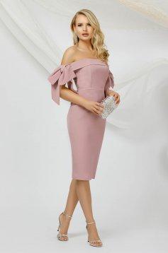Rochie PrettyGirl roz prafuit de ocazie tip creion din material subtire cu umeri goi si accesorizata cu fundite