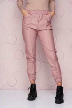 Pantaloni SunShine roz lunga cu croi larg si talie normala din material din piele ecologica elastica si buzunare laterale