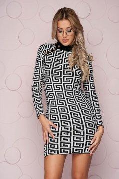 Rochie SunShine neagra scurta cu un croi mulat din material tricotat subtire si elastic accesorizata cu nasturi