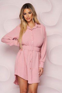 Rochie SunShine roz asimetrica cu un croi drept din material neelastic cu aspect creponat si accesoriu tip curea