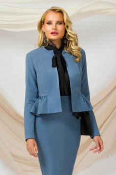 Sacou PrettyGirl albastru office cambrat din material subtire cu volanase la terminatie care se leaga cu o funda satinata