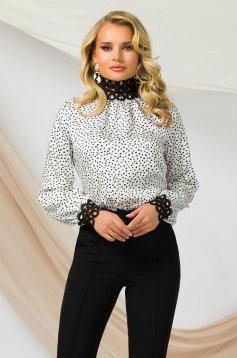 Bluza dama PrettyGirl office cu un croi drept cu guler inalt cu aplicatii de dantela din material neelastic usor satinat